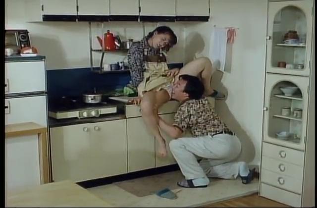 色気たっぷりの人妻熟女が自宅で3Pセックスするアダルト動画