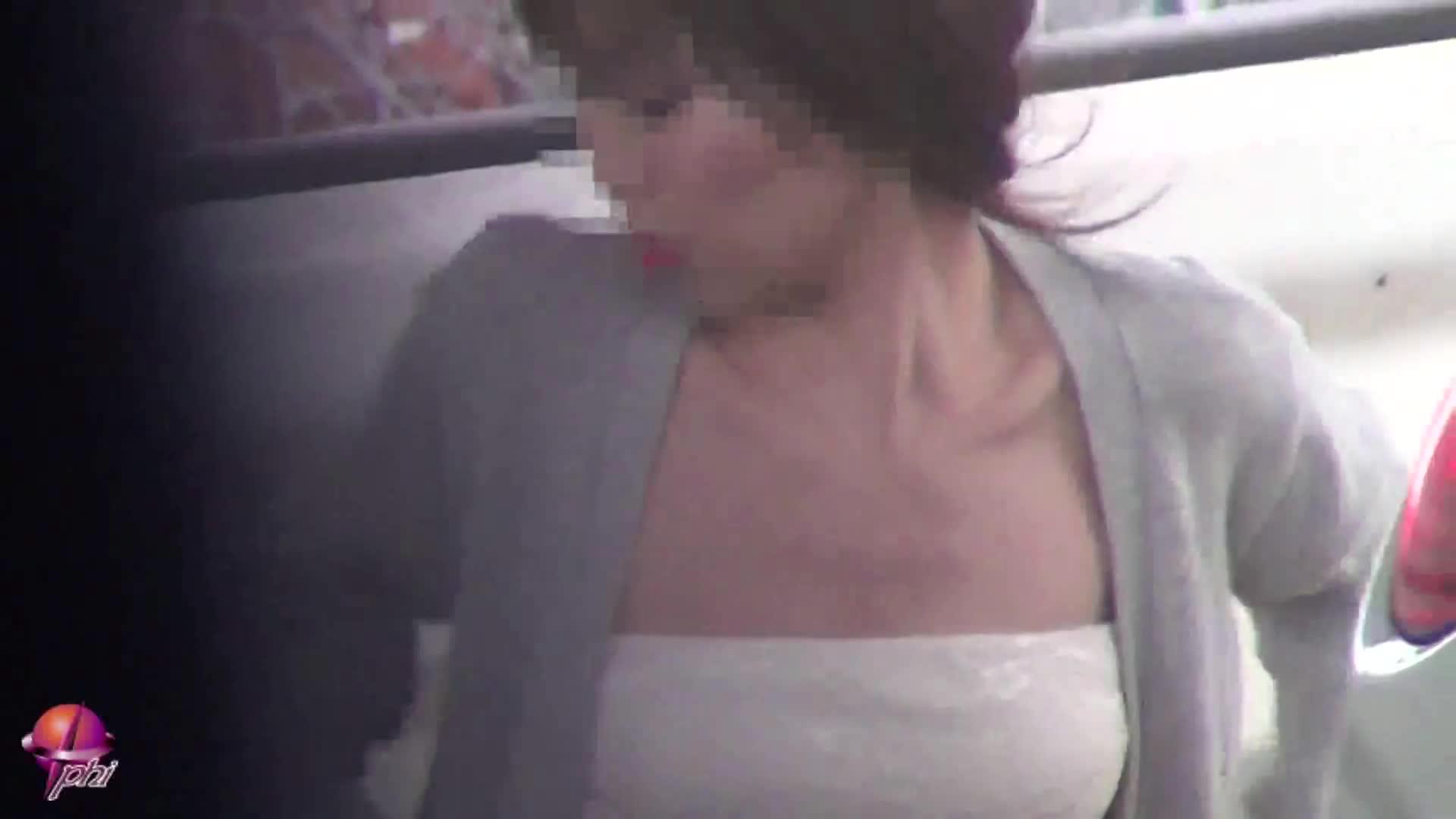 【 盗撮動画 】服がズレてしまっておっぱいポロリや前屈みで乳首が丸見...