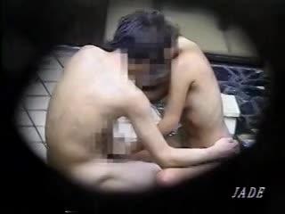 【盗撮動画】貸切家族風呂のカップルの痴態!ドスケベな日焼け跡美乳のお姉さんが積極的にご奉仕中w