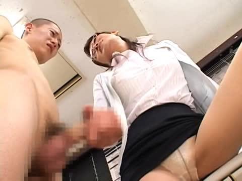 気弱な男子生徒を呼び出して性的玩具として調教する淫乱女教師…